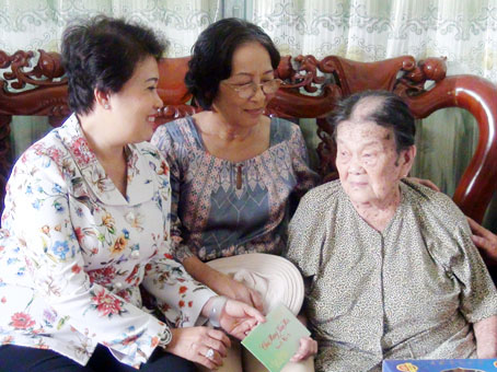 (ĐN)- Chairman Dinh Quoc Thai and former Chairman Vo Van Mot of Dong Nai provincial People's Committee on Jan 31 visited and presented Tet gifts to Tư K'Lư and Nam Noi, two village patriarchs in Tan Phu district's Ta Lai commune and Dinh Quan district's Phu Ly commune on the occasion of the Lunar New Year 2016.