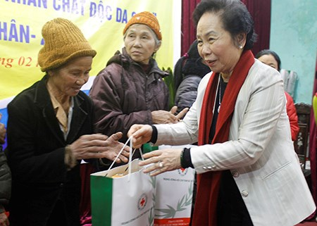 Vice President Nguyen Thi Doan presents Tet gifts to poor families and AO victims in Thai Binh